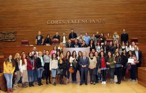 Alumnos de Periodismo UMH, junto con diputados alicantinos en Les Corts.