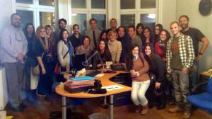 Estudiantes y profesores de Periodismo UMH, con Álvaro Goicoetxea en la corresponsalía de RTVE en Bruselas.