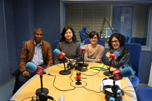 Li Jianhong, en los estudios de Radio UMH, junto a su traductor, Maribel Hernández y Aitana García.
