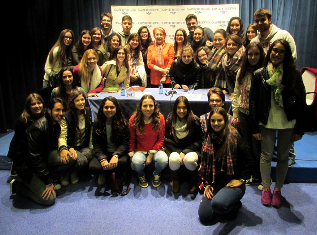 Rosa María Calaf con un grupo de alumnos de Periodismo UMH