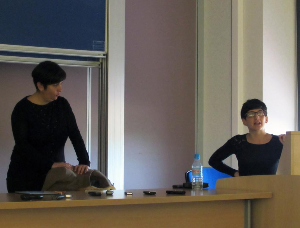 Olga Ruiz y Mª Jesús Espinosa animan a los alumnos a 'investigar y experimentar' en la radio.