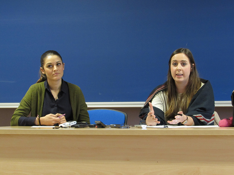 Mireia Mollà, candidata de Compromís a la alcaldía de Elche junto a Esther Díez, su responsable de prensa