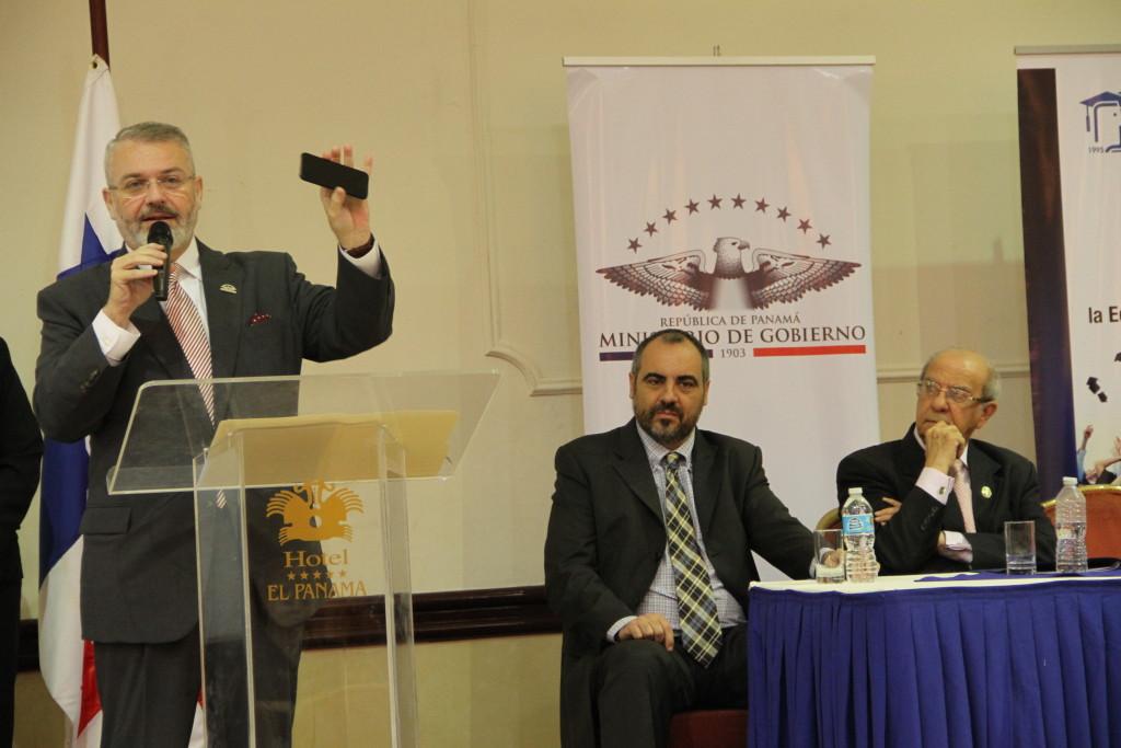 El ministro de Gobierno de Panamá, Miltón Enríquez, el profesor José Luis González y el rector de la Universidad de Panamá, Gustavo García de Paredes.