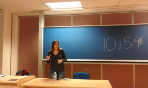 La periodista Cristina Medina en un momento de la conferencia. | VICTORIA RODRÍGUEZ