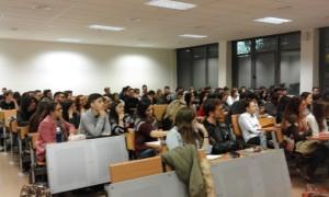 Alumnos de Periodismo UMH que han acudido a la conferencia en el aula 6 del edificio Atzavares. | VICTORIA RODRÍGUEZ