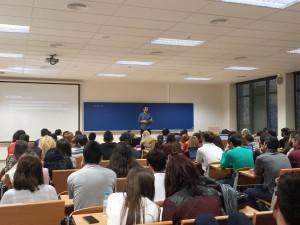 Gonzalo del Prado se dirige a los estudiantes para explicar el funcionamiento de una redacción de informativos.