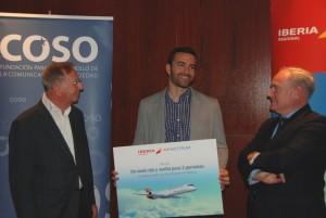 José Luis Boronat (izq), Presidente de la Fundació COSO, Monserrate Hernández, ganador del Premio, y Antonio de Nó, Director de Comunicación, Marketing y Relaciones Institucionales en Air Nostrum.